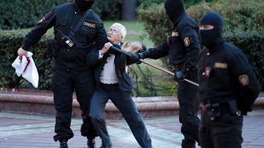 OMON zatrzymuje 73-letnią aktywistkę opozycji Ninę Baginską. Mińsk, 26 sierpnia 2020 r.