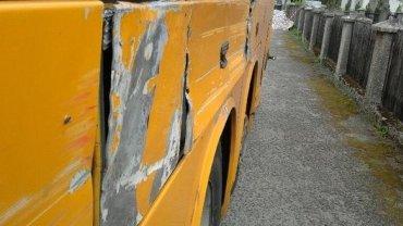 Uszkodzony autobus, którym dzieci miały jechać na wycieczkę
