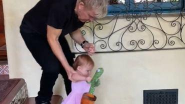 Gwiazdor rocka bawi się z wnuczką kaktusem śpiewającym polską piosenkę o kokainie