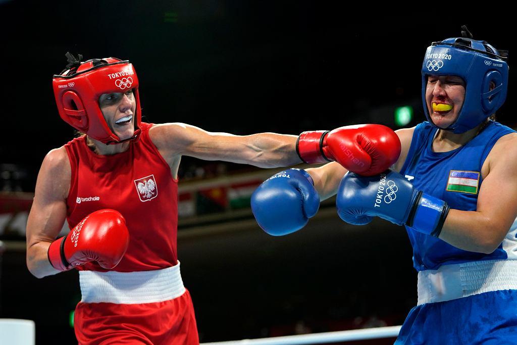 Karolina Koszewska podczas pojedynku z uzbecką bokserką Shakznozą Yunusovą w 1/16 turnieju wagi półśredniej. Polka wygrała 5:0