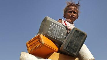 Katastrofa humanitarna. Dziewczynka zmierza do charytatywnego punktu dystrybucji wody w okolicach portu w Hudajdzie, 30 września 2018 r.