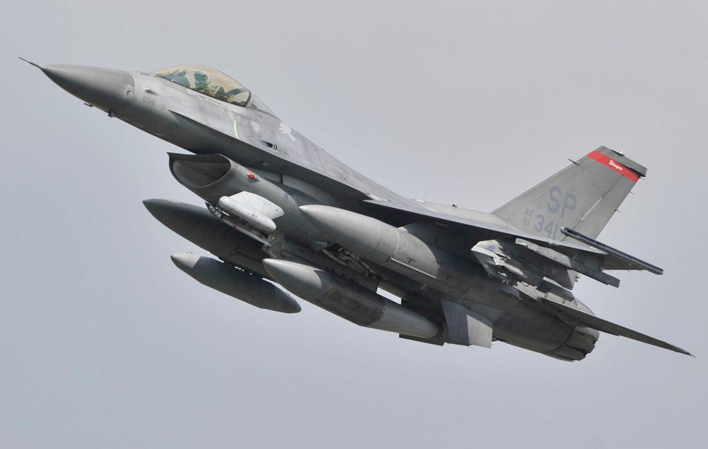 Amerykański myśliwiec F-16 (zdjęcie ilustracyjne)