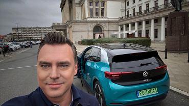 Tomasz Korniejew i Volkswagen ID.3 na planie Studia Biznes