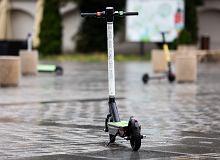 Hulajnogi elektryczne jezdnią wraz z samochodami. Nowe przepisy dopiero w przyszłym roku