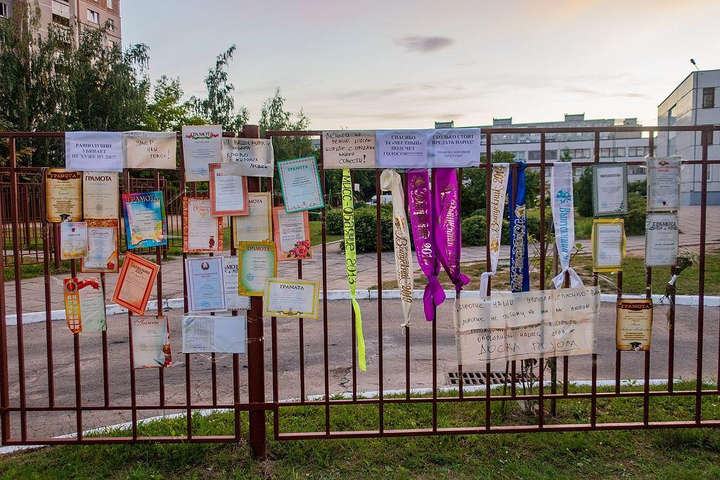 Dyplomy ukończenia szkoły powieszone na jej płocie, w proteście przeciw udziałowi nauczycieli w fałszowaniu wyborów