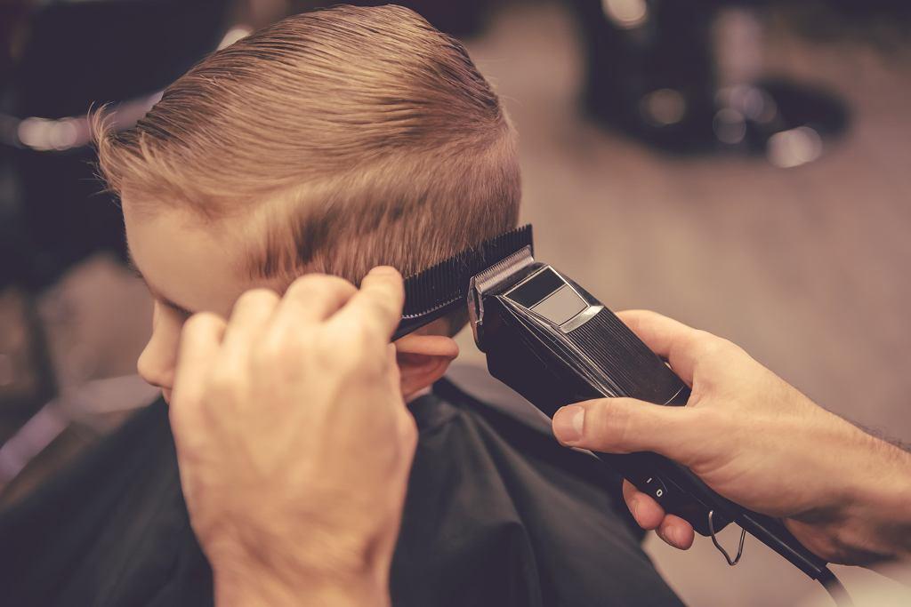 Fryzury dla chłopców występują w wielu wariantach. Zdjęcie ilustracyjne