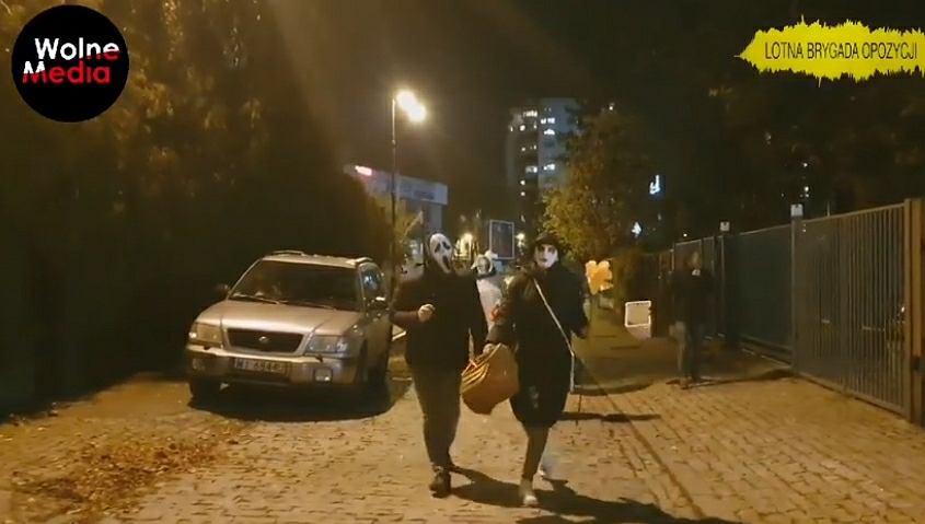 Aktywiści przed domem Jarosława Kaczyńskiego. 'Cukierek albo psikus'