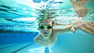 Świadkowie, którzy byli na basenie w Krakowie, gdzie utopił się nurek, twierdzą, że ratowniczka nie pilnowała pływających