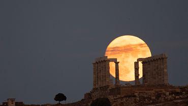 """""""Niebieski"""" Księżyc za nami. Taka pełnia zdarza się raz na 2,5 roku [ZDJĘCIA]"""