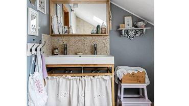 Zamiast standardowej szafki bądź stelaża pod umywalkę - stara komoda albo tralki balustrady. Zobaczcie również inne pomysły na podpatrzone w mieszkaniach i domach.  <BR />ARANŻACJE WNĘTRZ - ŁAZIENKA. Umywalka zainstalowana na drewnianym stelażu osłoniętym marszczoną zasłonką - przerobionym starym haftowanym lambrekinem.