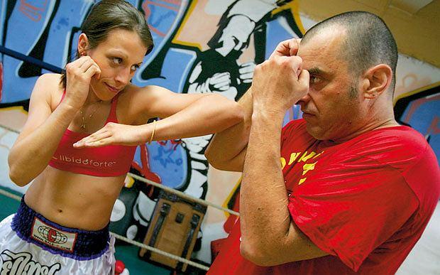 Mój pierwszy raz: sparing z mistrzynią muay thai, mój pierwszy raz, sztuki walki, Uderzenie łokciem przypomina cięcie. Dłoń kończy ruch pod pachą drugiej ręki, która kryje głowę.