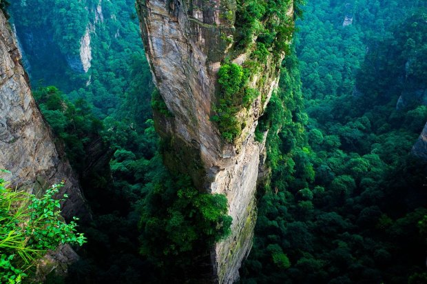 """Ten widok bardziej pasuje do odległej planety niż ziemskich krajobrazów. Park Narodowy Zhangjiajie - w krainie """"Avatara"""" [ZDJĘCIA]"""