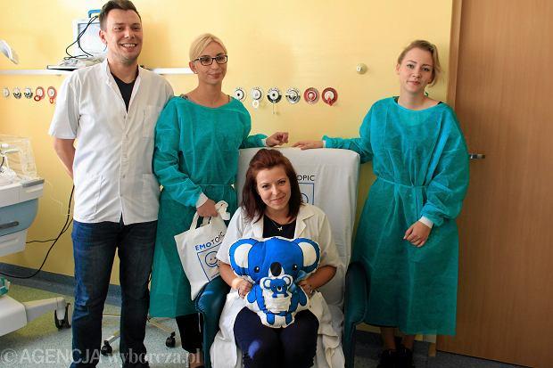 15 maja to święto wszystkich rodzin. Na zdjęciu otwarcie EmoSfery na Oddziale Neonatologii Uniwersyteckiego Centrum Klinicznego. Rodzice wcześniaków dostali fotel do kangurowania dzieci i leżanki.