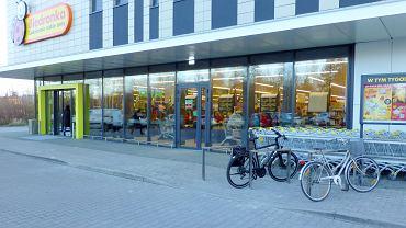 Nowe stojaki rowerowe przed Biedronką przy ul. Malczewskiej