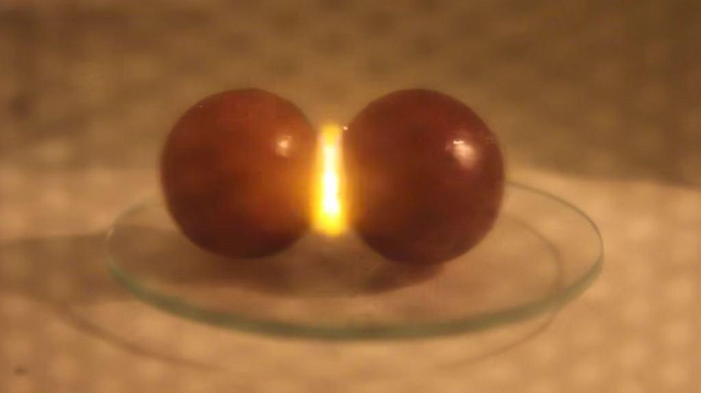 Dlaczego podczas podgrzewania winogron w mikrofalówce pojawia się plazma? Naukowcy już wiedzą