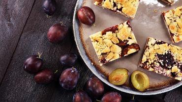 Ciasto drożdżowe ze śliwkami i kruszonką to idealny wypiek, by poczęstować gości.