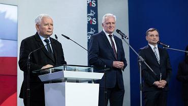 Prezes PiS Jarosław Kaczyński i 'przystawki' - szef 'Porozumienia' Jarosław Gowin i lider 'Solidarnej Polski' Zbigniew Ziobro podczas wspólnego oświadczenia ws. umowy koalicyjnej liderów Zjednoczonej Prawicy. Warszawa, kwatera główna partii rządzącej, 26 września 2020