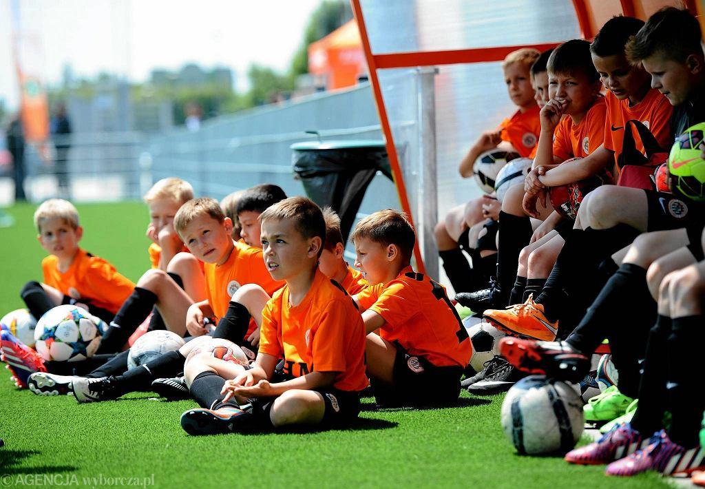 Młodzi piłkarze przygotowują się do treningu.