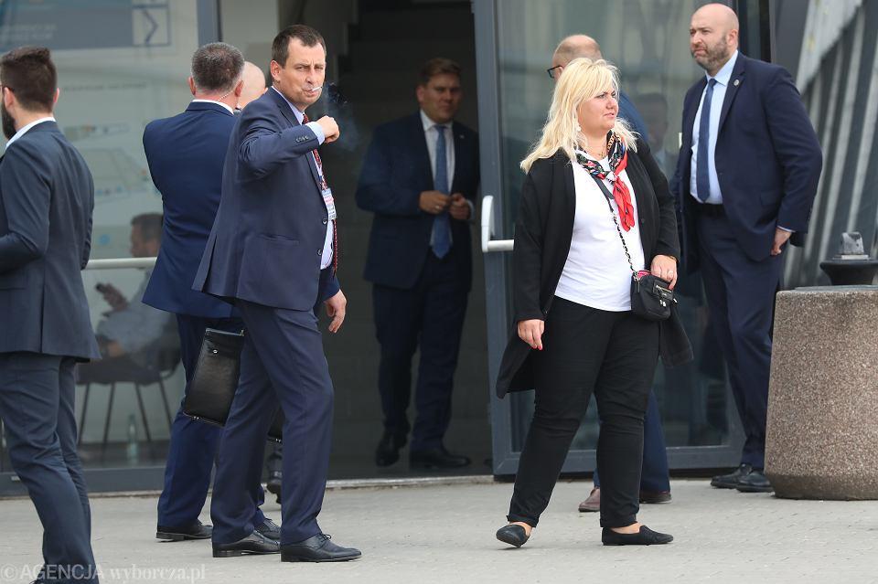 Piotr Matczuk (z papierosem) i Anna Plakwicz - właściciele spółki Solvere podczas konwencji wyborczej PiS, 2 września 2018