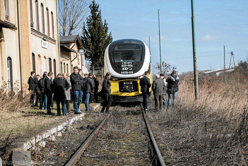 Remontowana jest już linia kolejowa z Wrocławia do Kobierzyc. Na zdjęciu próbny przejazd tą trasą w marcu 2017 r.