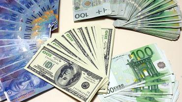 Kursy walut 17.02. Złoty ze sporymi spadkami względem głównych walut [Kurs dolara, funta, euro, franka]