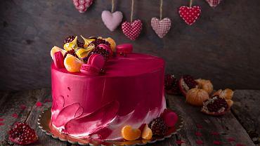 Ciasta i desery walentynkowe to obowiązkowy punkt wieczoru. Zdjęcie ilustracyjne