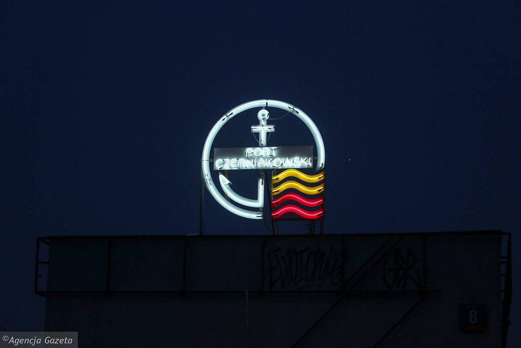 Neon Portu Czerniakowskiego na dachu budynku bosmanatu / AGATA GRZYBOWSKA