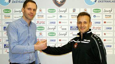 Prezes FC Toruń Patryk Stasiuk z nowym zawodnikiem