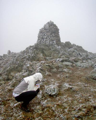 mój pierwszy raz, bieganie, Mój pierwszy raz: bieganie w angielskich górach. Żadnych oznakowań. Tylko kamienie, pod stopami i chmury szorujące nieznośnie o kaptur.