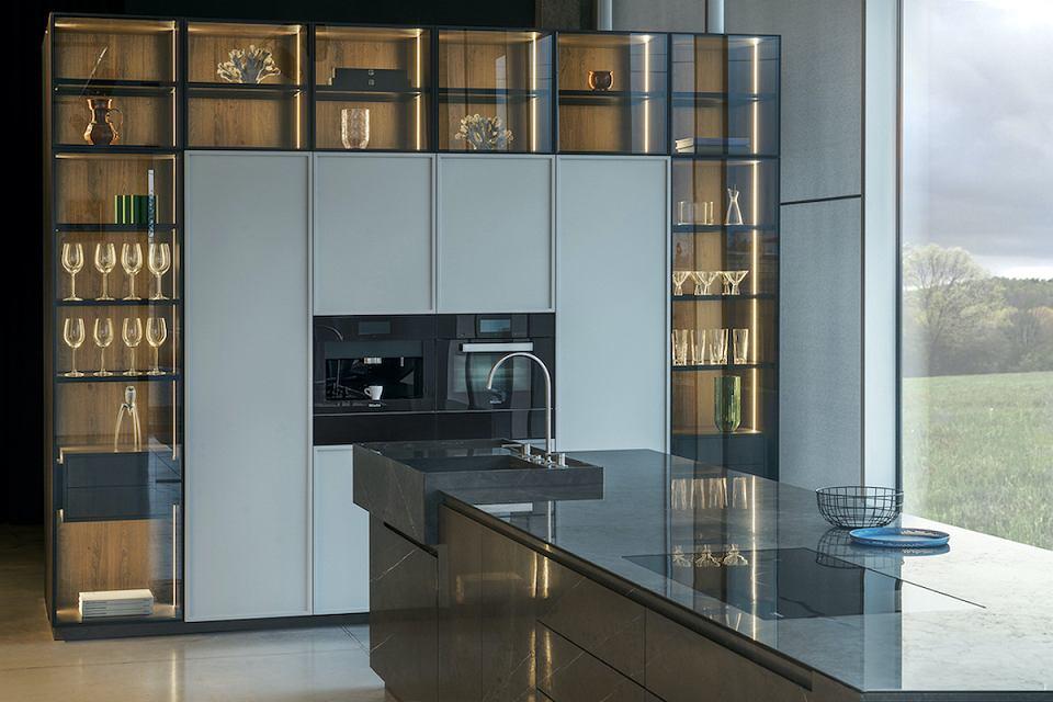 Kuchnia Monolith ZAJC z podświetlaną zabudową ze szkła.