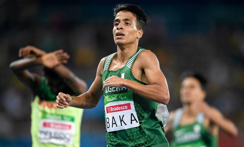 Finał biegu na 1500 m (kategoria T13 - niewidzący) na paraolimpiadzie w Rio: Abdellatif Baka z Algierii finiszuje jako zwycięzca