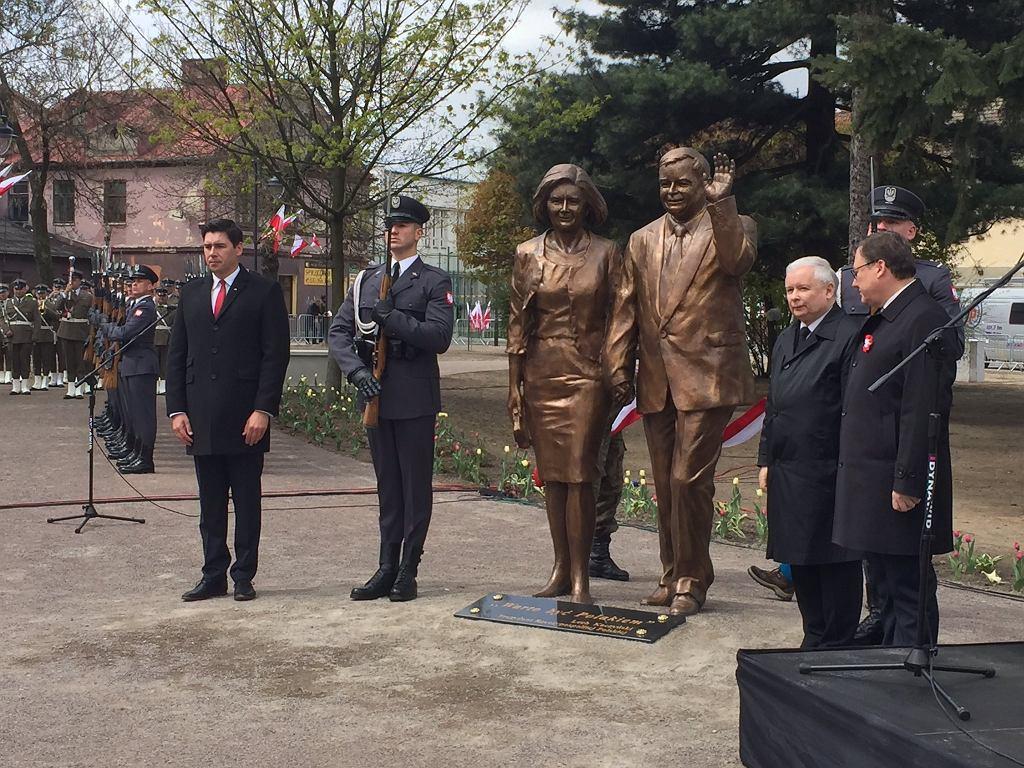 Taki pomnik Lecha i Marii Kaczyńskich stoi już w Białej Podlaskiej