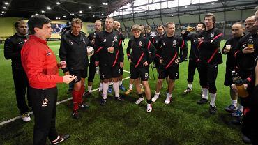 Selekcjoner polskiej kadry Waldemar Fornalik prowadzi trening piłkarskiej reprezentacji dziennikarzy