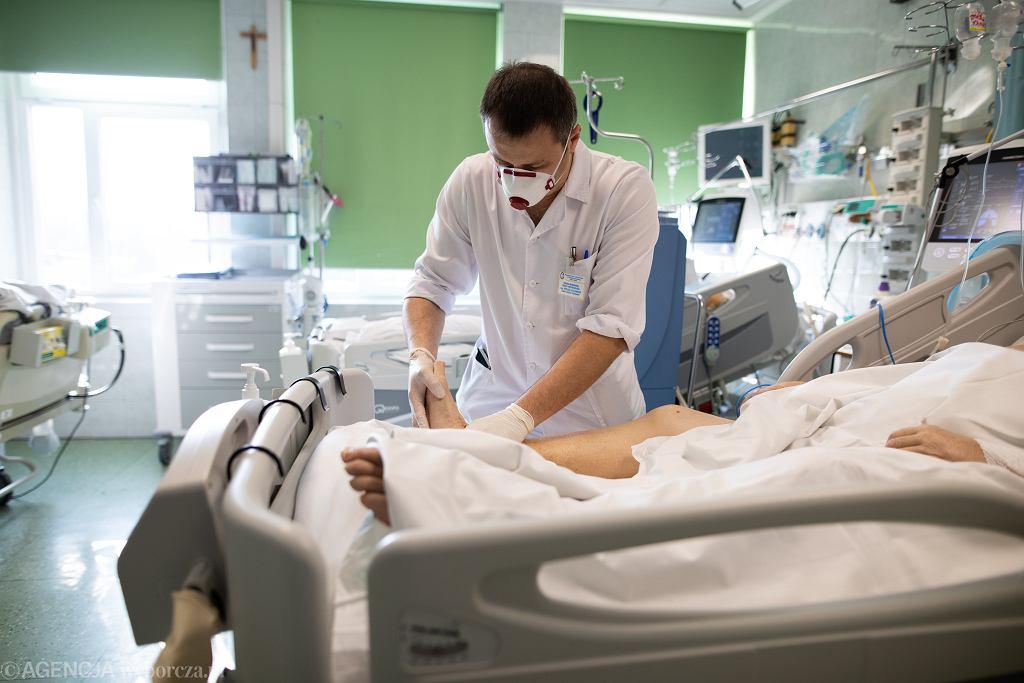 Praca medyków oddziału intensywnej terapii dla chorych na COVID-19 w Wojewódzkim Szpitalu Specjalistycznym im. Stefana Kardynała Wyszyńskiego w Lublinie (zdjęcie ilustracyjne)
