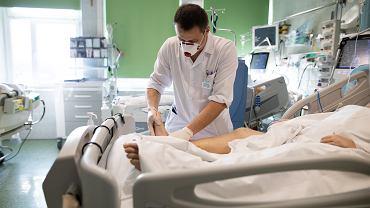 Lekarz o liczbie zachorowań: Idziemy spodziewaną ścieżką. 5000 przypadków dziennie w październiku