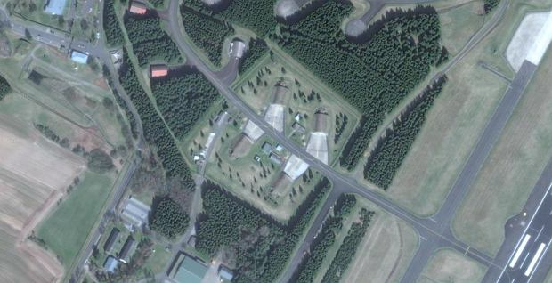 Cztery schronohangary w bazie Buechel, prawdopodobnie mieszczące schowki z bronią jądrową. Są wyraźnie wydzielone z reszty kompleksu i otoczone dodatkowym ogrodzeniem