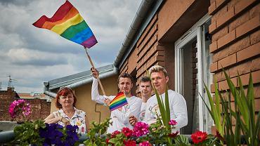 Tęczowi Społecznicy. Na zdjęciu od prawej członkowie grupy: Mariusz (inicjator), Janusz, Piotr i Joanna, wspierają działania Społeczników.