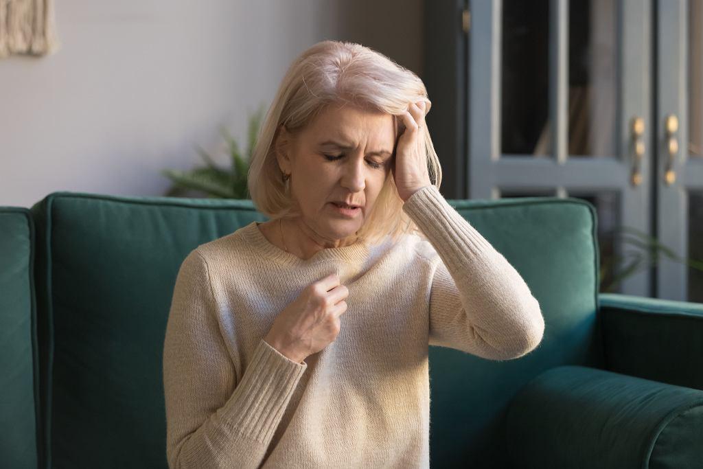 Spocona, zmęczona, osłabiona... To mogą być objawy przekwitania, ale też poważnej choroby,
