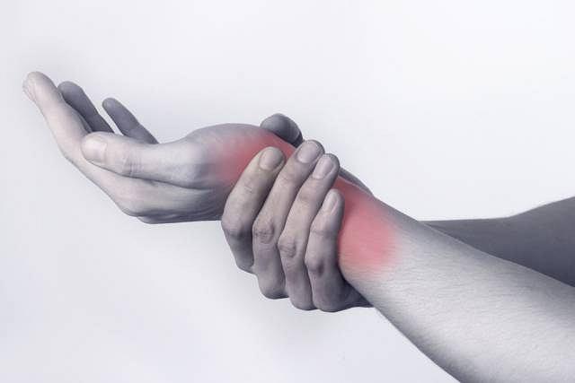 Najbardziej charakterystycznym objawem zapalenia jest bardzo silny ból w okolicy nadgarstka