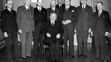 Adam Pragier (czwarty od lewej) i inni członkowie rządu Tomasza Arciszewskiego. Widoczni: premier Tomasz Arciszewski (siedzi), od lewej stoją ministrowie: Stanisław Sopicki, Jan Kwapiński, Adam Tarnowski, Adam Pragier, Adam Romer, Zygmunt Berezowski, Władysław Folkierski, Bronisław Kuśnierz. 30 listopada 1944