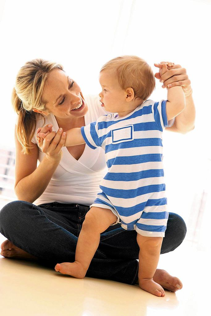 Roczne dziecko bardzo chce być samodzielne, ale wciąż potrzebuje bliskości i wsparcia rodziców.
