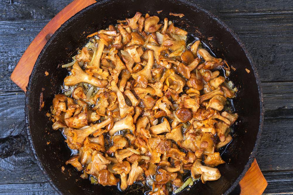Kiedy w lesie, na bazarkach i półkach supermarketów pojawiają się kurki, to znaczy, że czas przygotować pyszny sos!