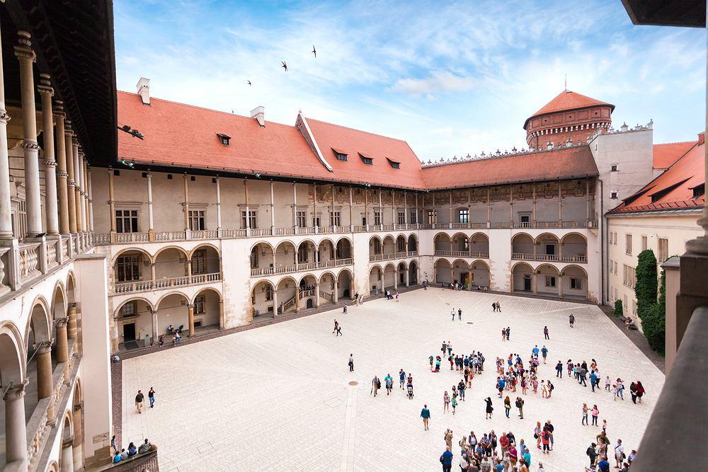 Aby wejść na zamek królewski w Krakowie, trzeba wcześniej zarezerwować bilet