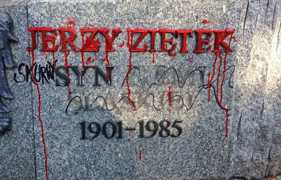 Katowice. Podczas wiecu Adama Słomki uszkodzono pomnik gen. Jerzego Ziętka