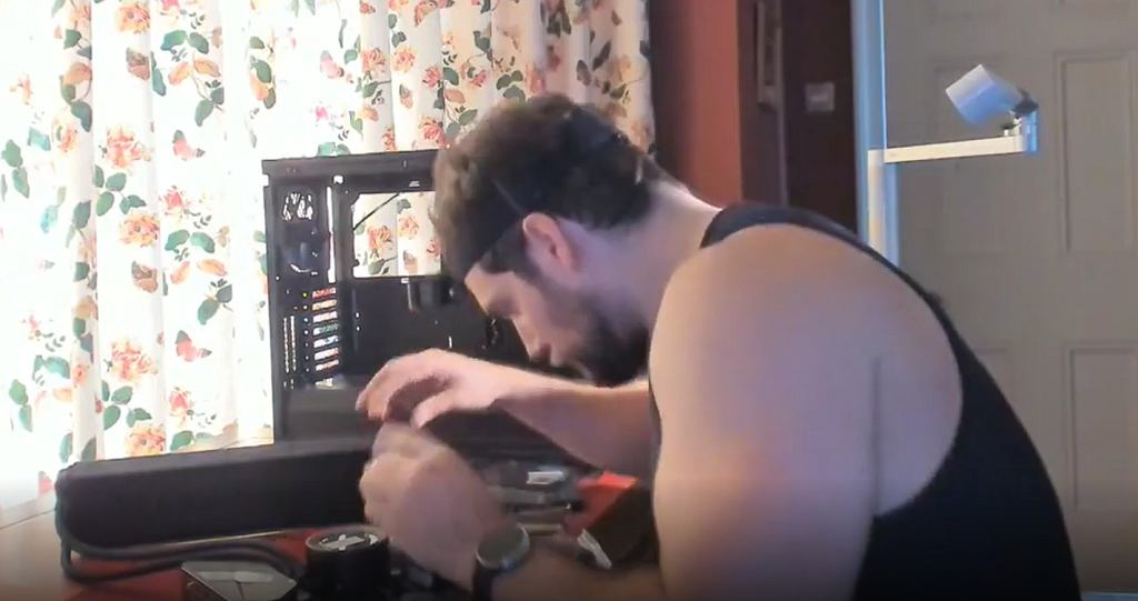 Henry Cavill montuje komputer