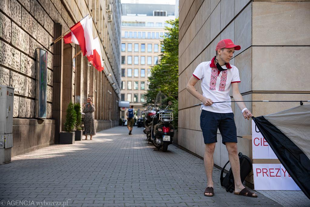 Strajk głodowy Maksyma Czerniawskiego pod siedziba Komisji Europejskiej w Warszawie