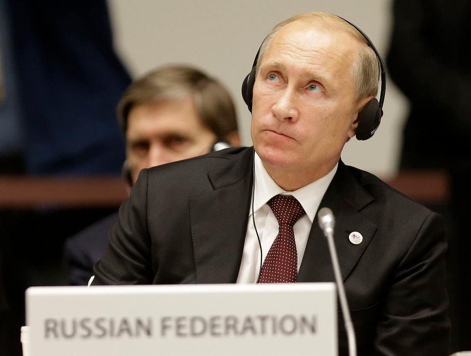 Zachodnie sankcje połączone ze spadkiem cen ropy i gazu wpychają gospodarkę Rosji na mieliznę ciężkiego kryzysu. W interesie Moskwy jest porozumienie z Unią, ale ona przywykła do straszenia. Na zdjeciu: Władimir Putin podczas szczytu w Mediolanie