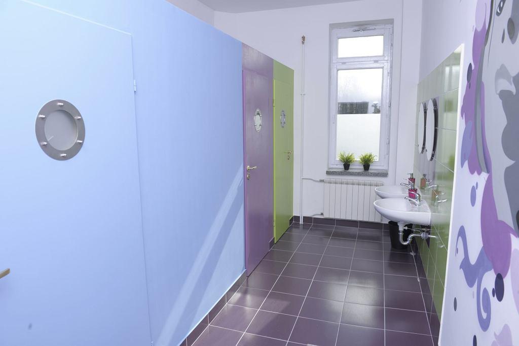 Łazienki wyremontowane w ramach programu 'Wzorowa Łazienka'. Na zdjęciu łazienka w szkole podstawowej im. ks. bpa Franciszka Jaczewskiego w Górkach-Grubakach