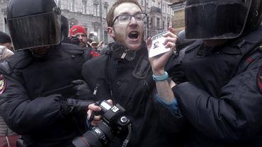 Policjanci zatrzymują dziennikarza podczas protestów w Sankt Petersburgu, w marcu 2017 r. Były to największe w Rosji protesty przeciwko władzy