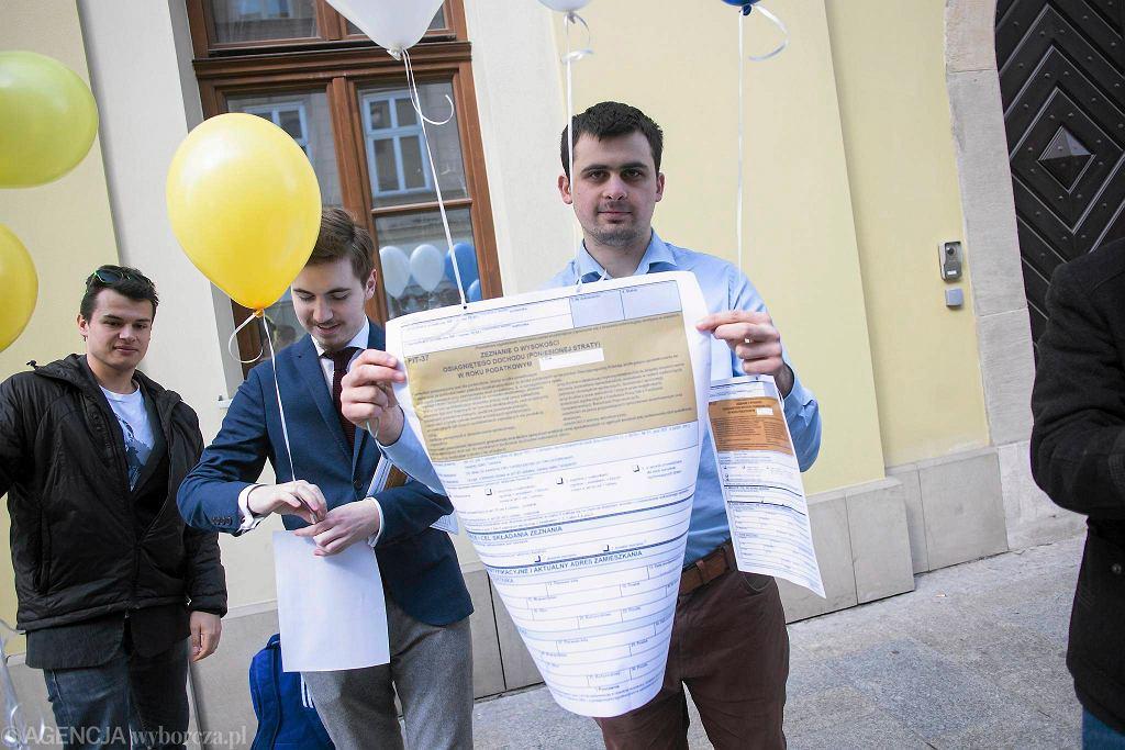 Happening partii KORWiN - protest przeciwko składaniu zeznań podatkowych